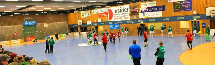 Oscar Esser gratuliert Mönchengladbachs neuem Hallenfußballstadtmeister